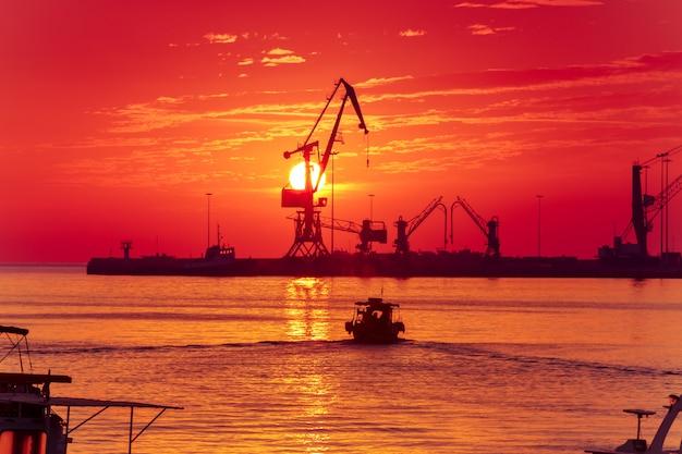 Amanecer en el puerto de heraklion, creta, grecia