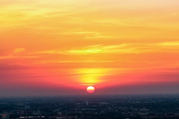 Amanecer puesta de sol en la ciudad