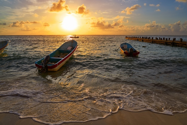 Amanecer en la riviera maya en el caribe de méxico