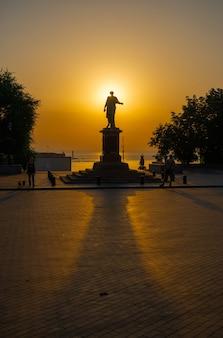 Amanecer de verano en el bulevar primorsky en odessa, ucrania