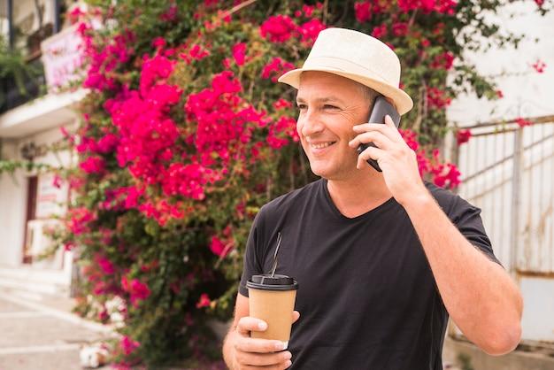 Amante del café. joven beber café disfrutando de su tiempo libre en el parque en un hermoso día cálido