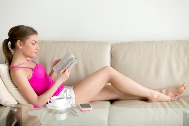 Amante del libro femenino leyendo libros de libros más vendidos en casa