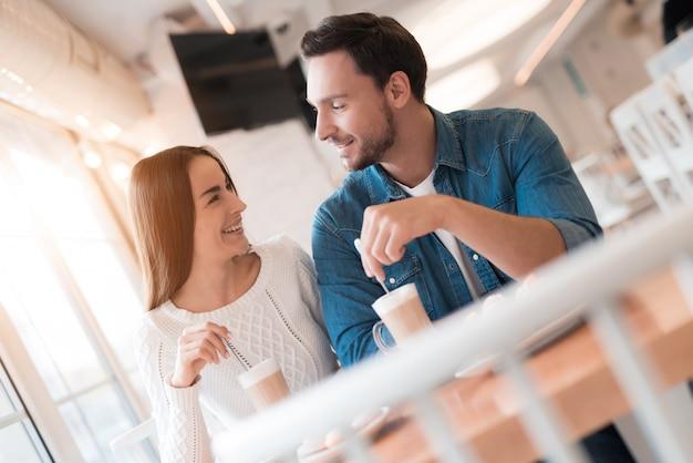 Los amantes beben una cita romántica con leche en el acogedor café.