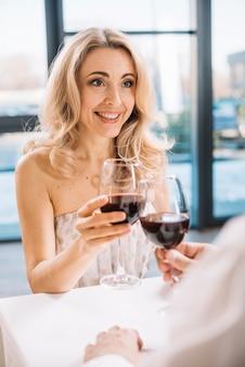 Amantes bebiendo vino juntos