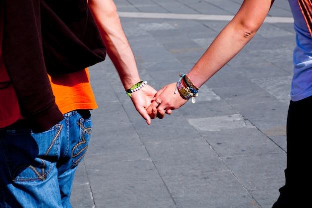 Amantes, cogidos de la mano