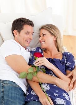 Amantes enamorados descansando en el sofá