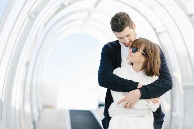Los amantes felices se abrazan y se miran