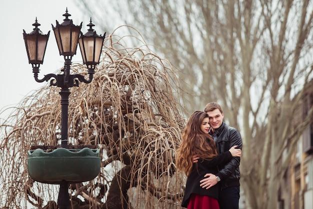 Amantes hombre y mujer abrazando al aire libre