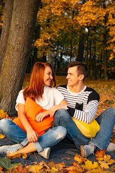 Amantes hombre y mujer en el parque en otoño