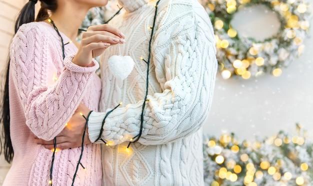 Amantes hombre y mujer sobre un fondo de navidad. enfoque selectivo.