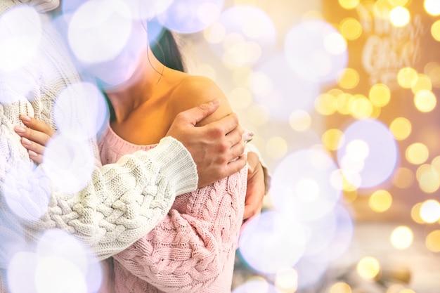 Amantes hombre y mujer sobre un fondo de navidad, enfoque selectivo.
