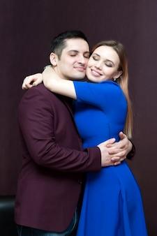 Amantes de los jóvenes abrazados con fuerza.