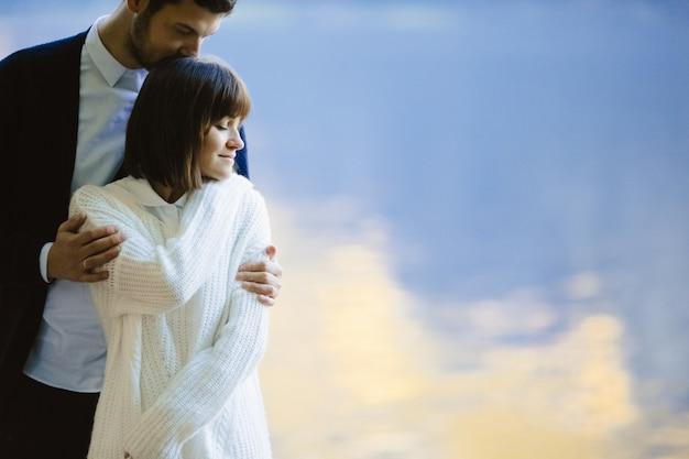 Amantes maravillosos se abrazan y se regocijan