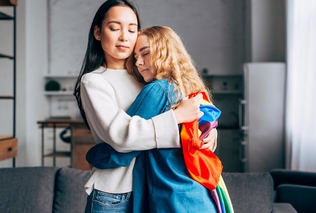 Amantes mujeres abrazándose en casa