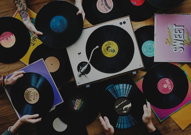 Amantes de la música con discos de vinilo.