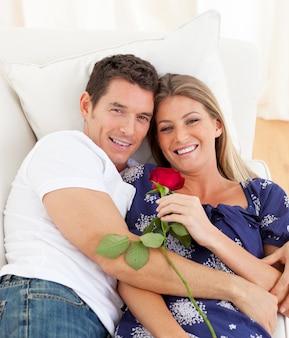 Amantes románticos descansando en el sofá