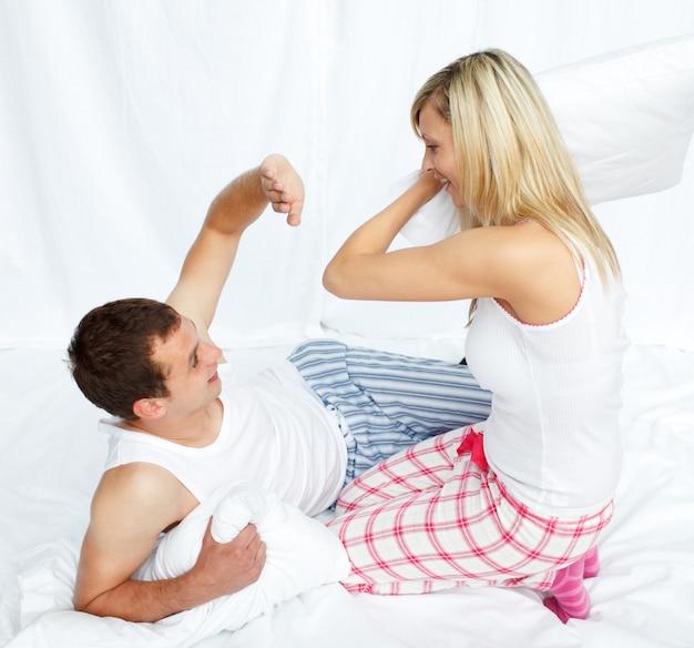 Los amantes tienen una pelea de almohadas