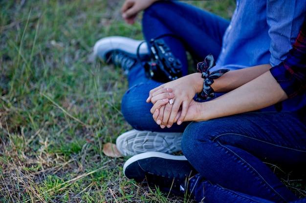 Amantes tomados de la mano dos amantes tomados de la mano para darse amor cálido el día del amor día de la familia