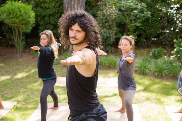 Los amantes del yoga disfrutan entrenando en el parque.