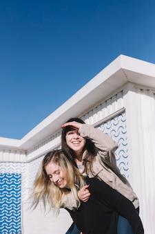 Amar a las mujeres felices en un día soleado
