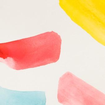 Amarillo diferente trazo de pincel rojo y azul de acuarela sobre fondo blanco