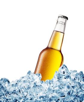 Amarillo empañado sobre una botella de cerveza en hielo