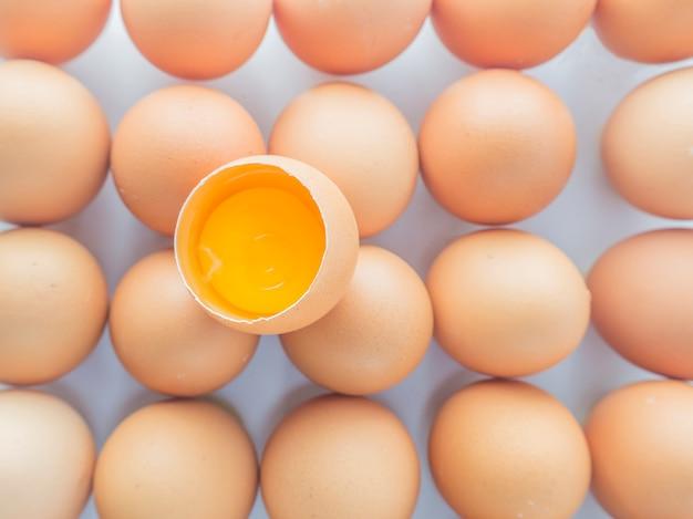 Amarillo huevos separados mercado blanco