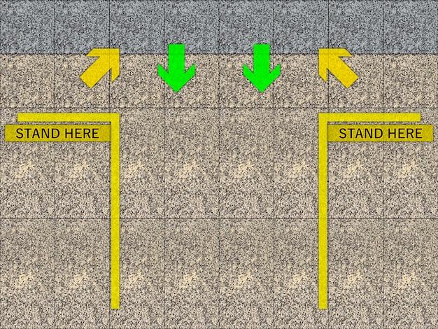 Amarillo párese aquí área de señal de línea lugar para tránsito en la plataforma de la estación de tren.