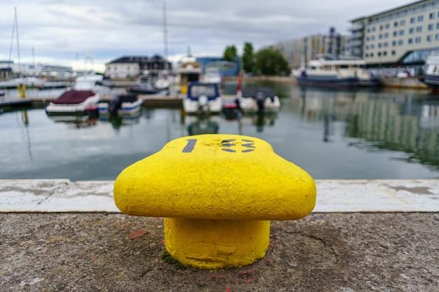 Amarre para grandes embarcaciones amarillas en el puerto de tallin estonia.
