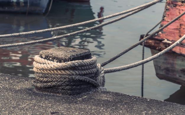 Amarre de hormigón en un puerto para nudo de cuerda atada