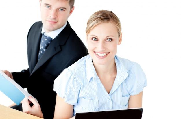 Ambicioso par de empresarios usando un lapop y leyendo un anuncio