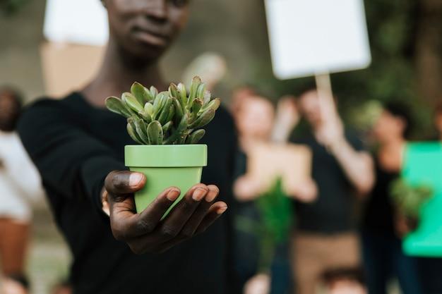 Ambientalistas protestan por el medio ambiente.