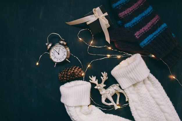 Ambiente de año nuevo regalo de año nuevo y juguetes navideños