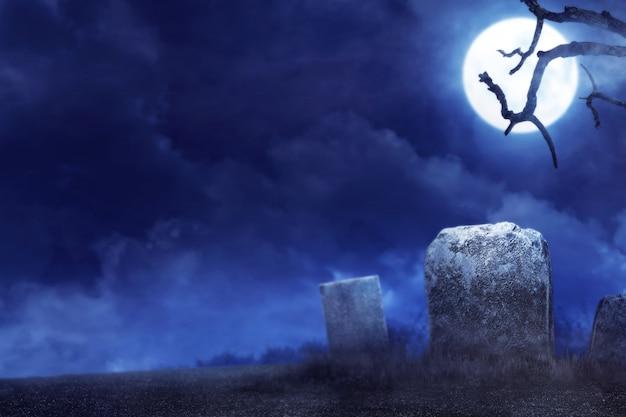 Ambiente espeluznante en el cementerio de la noche.