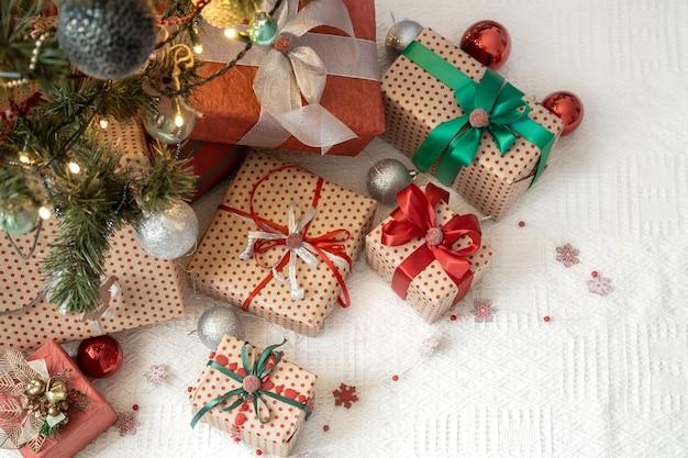 Ambiente festivo y acogedor, vista superior de fondo de regalo de año nuevo.