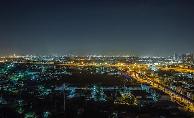 Ambiente nocturno de muangboran, la ciudad antigua
