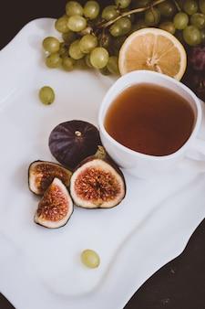 Ambiente otoñal té caliente y fruta