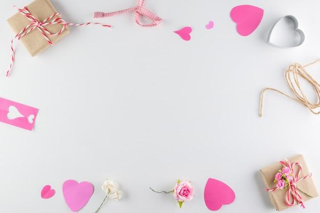 Ame los corazones y la caja de regalo aislados en el fondo de madera blanco de la textura, el día de tarjeta del día de san valentín feliz
