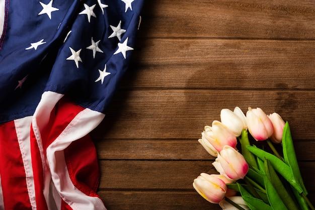 América bandera de los estados unidos y flor de tulipán, recuerdo conmemorativo y gracias de héroe