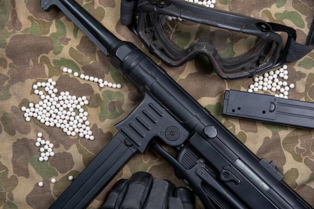 Ametralladora suave con gafas protectoras y muchas balas