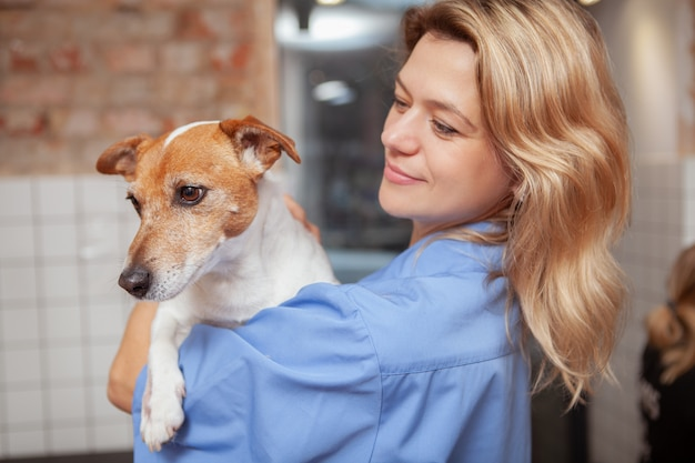 Una amigable veterinaria que trabaja en su clínica