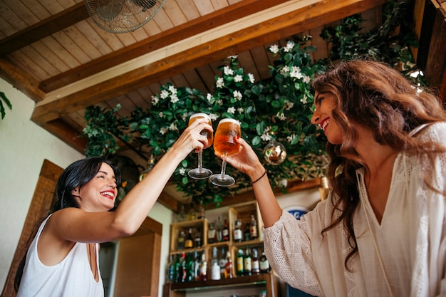 Amigas brindando con cerveza