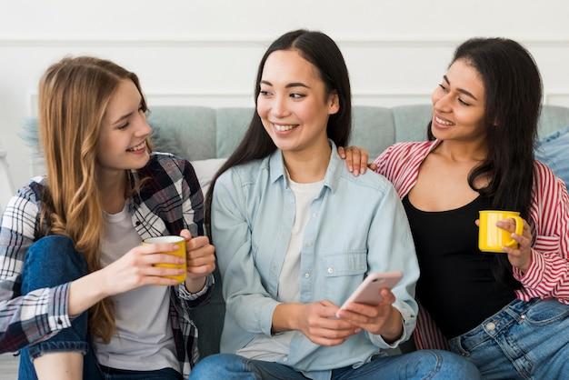Amigas charlando mientras beben café