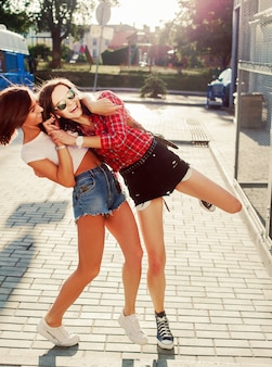 Amigas divirtiéndose al aire libre en verano