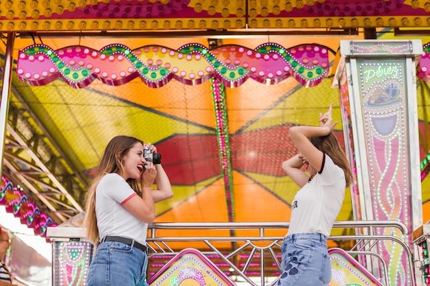 Amigas felices en el parque de atracciones