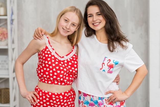 Amigas en fiesta de pijamas posando para una foto