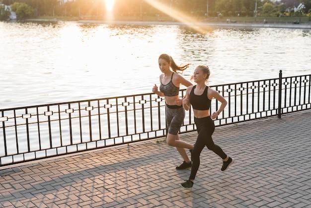 Amigas jóvenes corriendo en el parque
