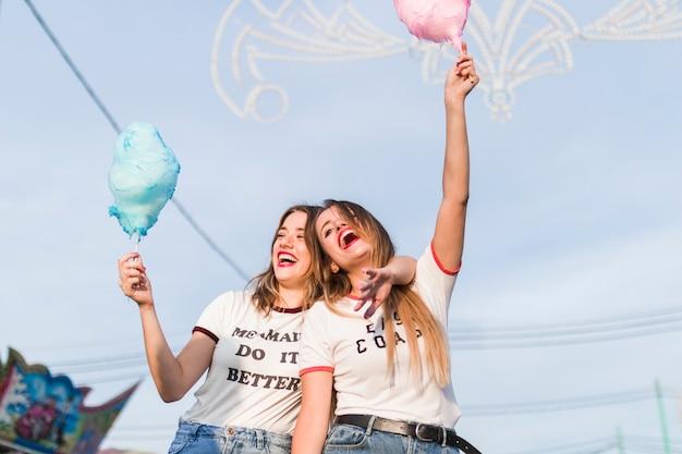 Amigas jóvenes felices en el parque de atracciones