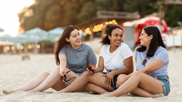 Amigas sentadas en la playa