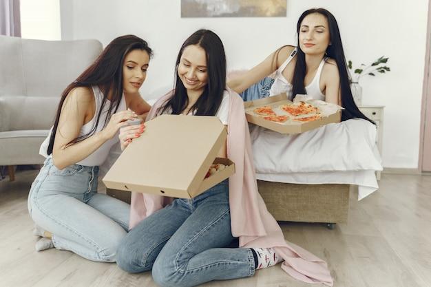 Las amigas tienen una fiesta de pijamas en casa